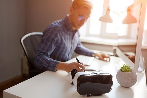 Man working on computer 600x400