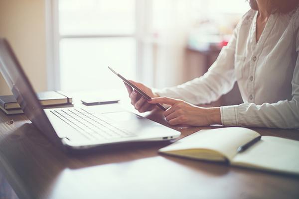 Woman laptop working 600x400 flipped